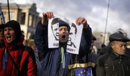 Người biểu tình xé ảnh ông Viktor Ianoukovitch.
