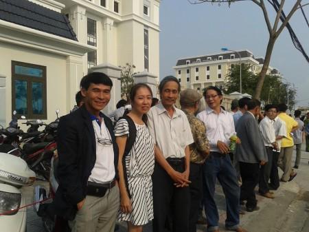 Các blogger đến ủng hộ tinh thần cho Trương Duy Nhât. Ảnh FB Hồ Ly Tiên