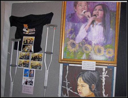 Đôi nạng gỗ và tranh sơn dầu Việt Dzũng-Nguyệt Ánh trình diễn.
