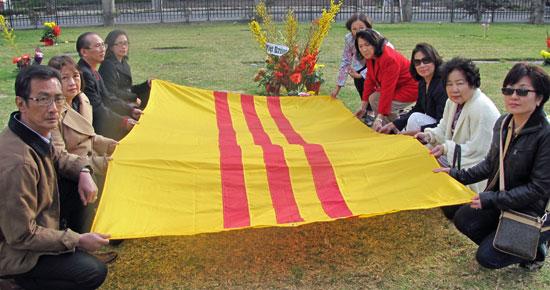 Thân hữu phủ cờ trên mộ