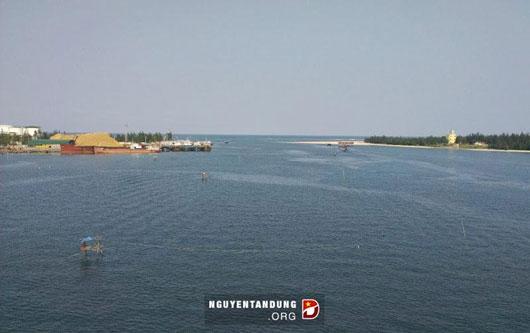 Cửa Việt nhìn từ cầu Cửa Việt, bên phải bức ảnh là Hải đội 202, Vùng Cảnh sát biển II.