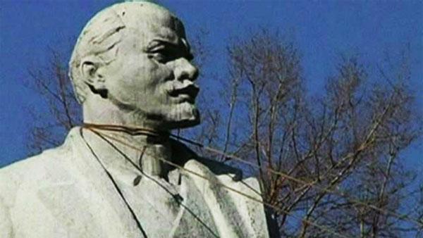 Trong hai ngày 21-22/02, người biểu tình đã kéo đổ tượng Lenin ở các thành phố khác nhau tại Ukraine.