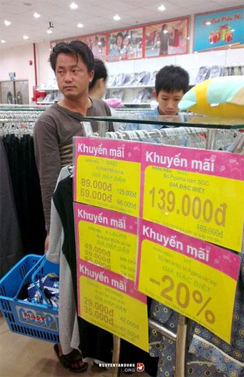 Người Trung Quốc xuất hiện ngày càng nhiều ở Quảng Trị (Ảnh: Hai người Trung Quốc  tại siêu thị COOP Mart Đông Hà, Quảng Trị ngày 29.1.2014, tức ngày 29 Tết vừa rồi)