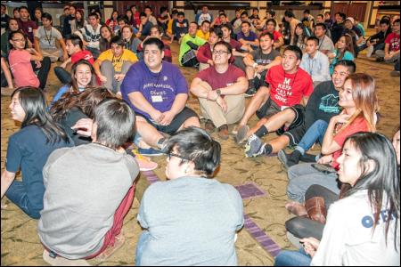 Hình (KQN Images): Các sinh viên chuẩn bị tham gia vào trò chơi.