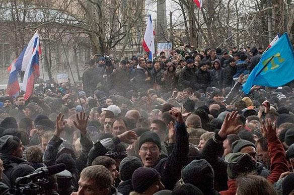 Biểu tình bên ngoài tòa nhà quốc hội ở Simferopol, Crimea hôm 27.2.