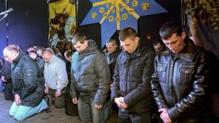 Đặc nhiệm Ucraina quỳ xin lỗi dân. Ảnh Reuters