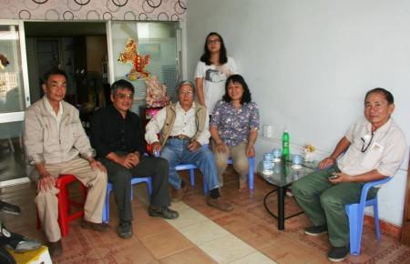 Gia đình Trần Huỳnh Duy Thức trong lần gần đây nhà văn Phạm Đình Trọng tới thăm. Ảnh P. Đ. T