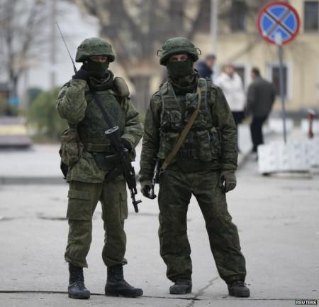 Lính Nga trên bán đảo Crimea. Ảnh Reuters