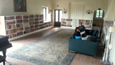 Phòng khách Villa Aurora có nhiều sách, tranh ảnh và cây đàn piano làm từ thời phím trắng còn làm bằng ngà voi thật