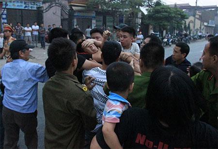 Bức ảnh biểu tình viên Nguyễn Văn Phương công an bắt đi trong 1 lần biểu tình được báo VN đem ra minh họa