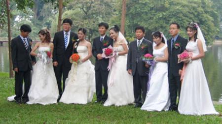 Một đám cưới tập thể của các chú rể Hàn Quốc và các cô dâu Việt Nam (ảnh KT) VOV