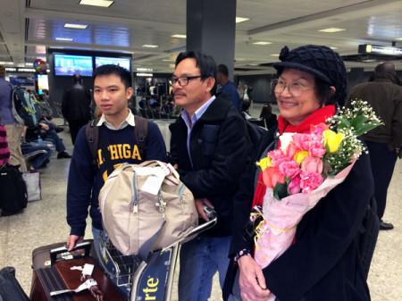 Nữ nghệ sĩ Kim Chi và 2 bloggers Ngô Nhật Đăng, Nguyễn Đình Hà tại sân bay quốc tế Dulles chiều ngày 18-04-2014. Ảnh RFA