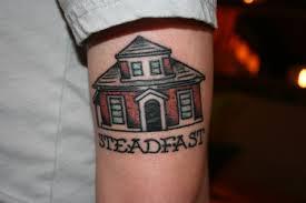 Hình xăm ngôi nhà của cụ Edith Macefield trên cánh tay 1 thanh niên
