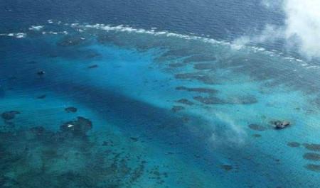 Tấm ảnh chụp đảo Gạc Ma này theo thông tin của Bộ Ngoại giao Philippines được chụp vào ngày 13 tháng 3 2012. Ở bên phải có thể nhìn thấy giàn bê tông mà Trung Quốc để lại sau một cuộc chiến đẫm máu năm 1988. Hình: DPA/ DFA