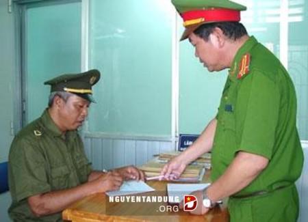 Trưởng Công an xã Phước Kiển - Trung tá Lâm Ngọc Thích và công an viên Nguyễn Văn Muốc đang trao đổi công việc.