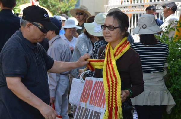 Trong đoàn biểu tình, có một bà mẹ Việt Nam mù, một hình ảnh thật sự cảm xúc.