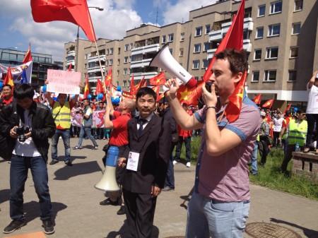 Người Ba Lan phát biểu ủng hộ chủ quyền của VN. Ảnh Thái Linh