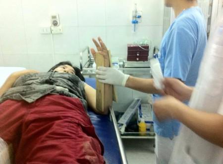 Chị Nga đang được sơ cứu trong bệnh viện