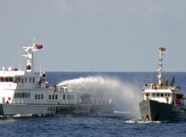 Tầu TQ phun nước vào tầu VN. Ảnh xahoi.com