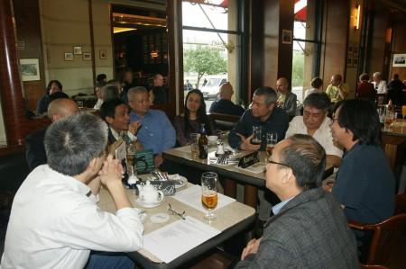 Nhóm Văn Lang họp bàn chuyện đề cử trong quán CafeSlavia - một địa chỉ quen thuộc của các nhà hoạt động đối lập thời CS