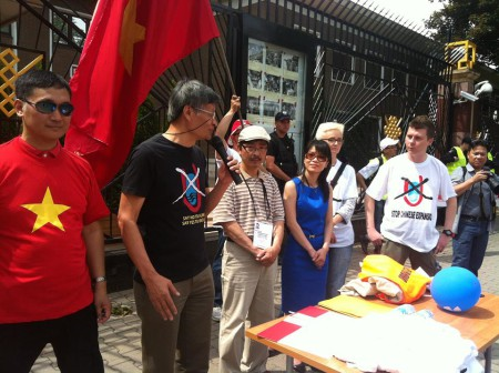 Tiến sĩ Nguyễn Quang A phát biểu, và góc phải là 2 bạn Ba Lan mặc áo No-U