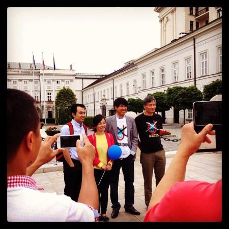 Đoàn dân sự tham gia biểu tình chụp hình lưu niệm trước dinh Tổng thống.