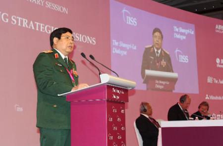 Bộ trưởng Quốc phòng Phùng Quang Thanh phát biểu tại diễn đàn Đối thoại Shangri-La 2014. (Ảnh: Lê Hải - Pv TTXVN tại Singapore)