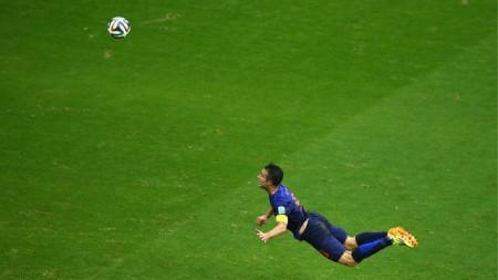 Robin van Persie đội trưởng Hà Lan với cú đánh đầu tuyệt hảo