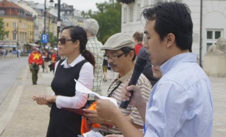 Trịnh Hữu Long đọc thư