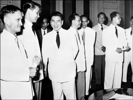 Ông Ngô Đình Diệm (thứ ba từ trái) cùng với chính phủ của ông chụp tại Sài Gòn năm 1955 (AFP).