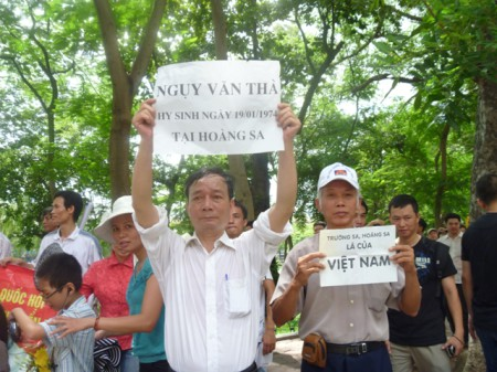 Nguyễn Tường Thuỵ trong một cuộc biểu tình. Ảnh: Xuân Diện