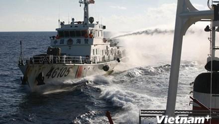 Trung Quốc hung hãn tấn công, phun vòi rồng vào tàu cảnh sát biển Việt Nam. Ảnh: TTXVN