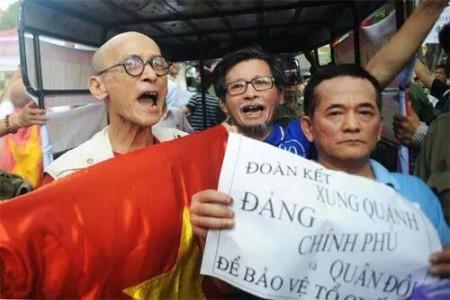 Ông Nguyễn Văn Thọ và Trần Nhật Quang (một dư luận viên) trong một lần biểu tình với khẩu hiệu 'ủng hộ đảng'