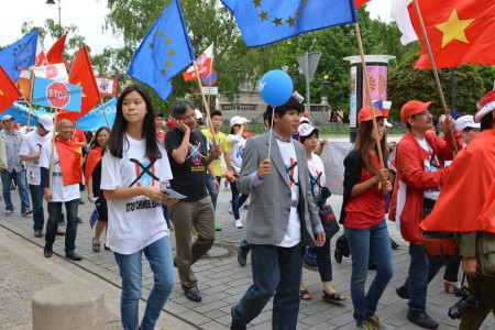 Cuộc biểu tình ở Ba Lan có thêm các sắc xanh, trắng và áo No-U. Ảnh Nguyễn Trung