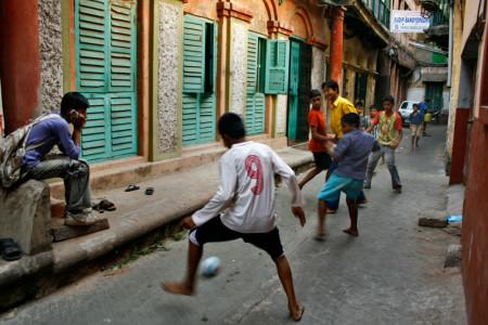 Bóng đá trên đường phố Brazil. .internationalfootballschool.com