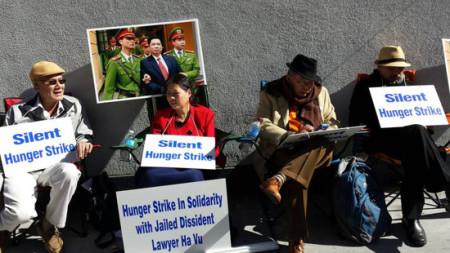 Tác giả Trần Khải Thanh Thủy (áo đỏ) trong lần tuyệt thực trước Lãnh sự quán VN tại San Jose