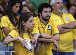 Cổ động viên Brazil thẫn thờ trước thất bại của đội tuyển