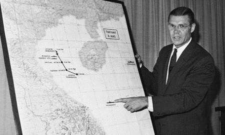 McNamara đang họp báo về sự kiện Vịnh Bắc bộ