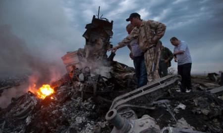 Nhiều người đi qua, thậm chí đứng dẫm lên, các mảnh vỡ máy bay ở hiện trường. Ảnh: AP.