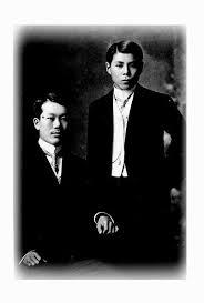 Kỳ ngoại hầu Cường Để (đứng) và cụ Phan Bội Châu (ngồi)