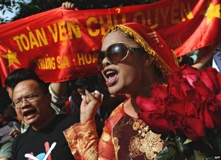 Nhà hoạt động Bùi thị Minh Hằng tham gia cuộc biểu tình chống Trung Quốc ở Hà Nội, 24/7/11. Ảnh AFP