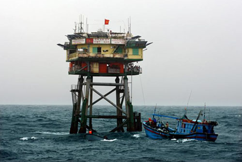 Nhà giàn DK1 còn giúp các tàu cá của ngư dân neo đậu khi có gió bão hay sự cố - Ảnh: Tư liệu nhà giàn DK1