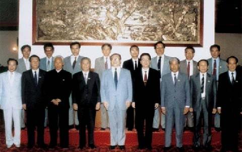 Chụp ảnh lưu niệm tai Hội nghị Thành Đô 1990. Phạm Văn Đồng người đứng thứ ba từ bên trái, hàng đầu.