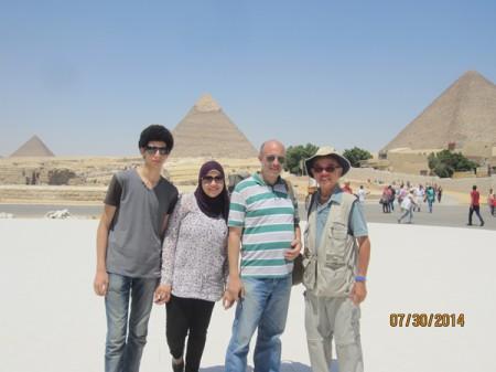 Tác giả và một gia đình người Ai Cập mới quen tại khu vực Kim Tự Tháp Giza, Cairo