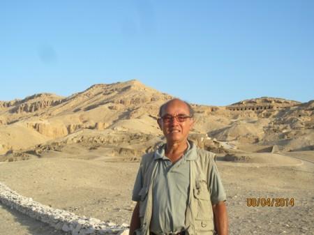 Tác giả đang đứng ở sa mạc bờ tây của thành phố Luxor. Sau lưng tác giả là hàng trăm ngôi mộ cổ hơn 2000 năm.