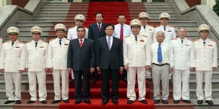 Thủ tướng Nguyễn Tấn Dũng chụp ảnh lưu niệm với các lãnh đạo Bộ Công an (Ảnh: Đức Tám - TTXVN)