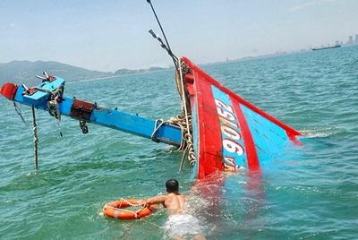 Tàu đánh cá việt nam mang số hiệu QNa 90152 bị tàu Trung quốc đâm chìm khi đang đánh bắt hợp pháp trên vùng biển Hoàng Sa, chủ quyền Việt Nam, chiều 26/5/2014. Nguồn ảnh và chú thích: RFA