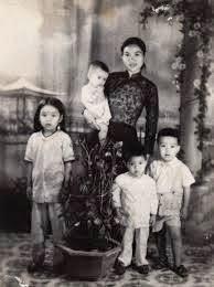 Bà Nguyễn Thị Năm và các con