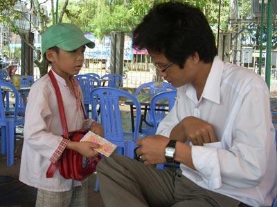 Trẻ em bán vé số thay vì đến trường học. Ảnh Việt Báo