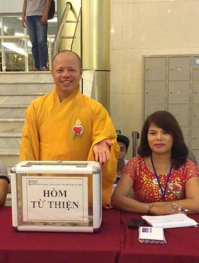 Sư Thích Thanh Cường bên chiếc hòm quyên góp